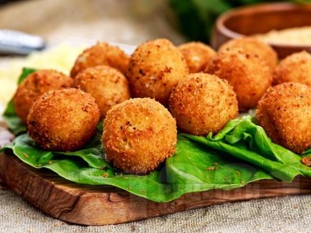 Панирани топчета от сирене моцарела - снимка на рецептата